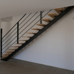 Escalier droit limon acier et marche bois by FAS