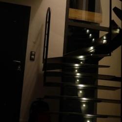 Escalier en acier, marches insonorisées, limon central débillardé et éclairage Led