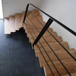 Escalier limon central en acier 1 quart tournant débillardé, marches balancées, rampe et garde-corps