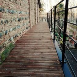 Structure Métallique Coursive et escalier en acier thermolaqué et bois