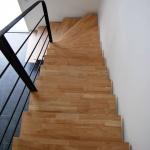 Escalier sur mesure, limon acier et marche bois by FAS Toulouse
